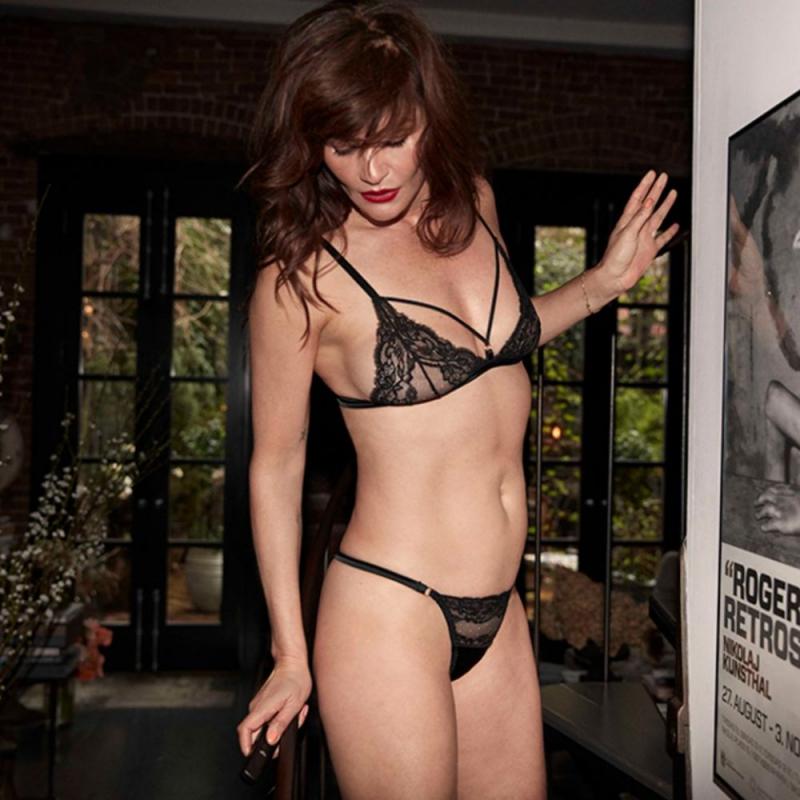 Helena Christensen iç çamaşırıyla fotoğraf çekimlerinde