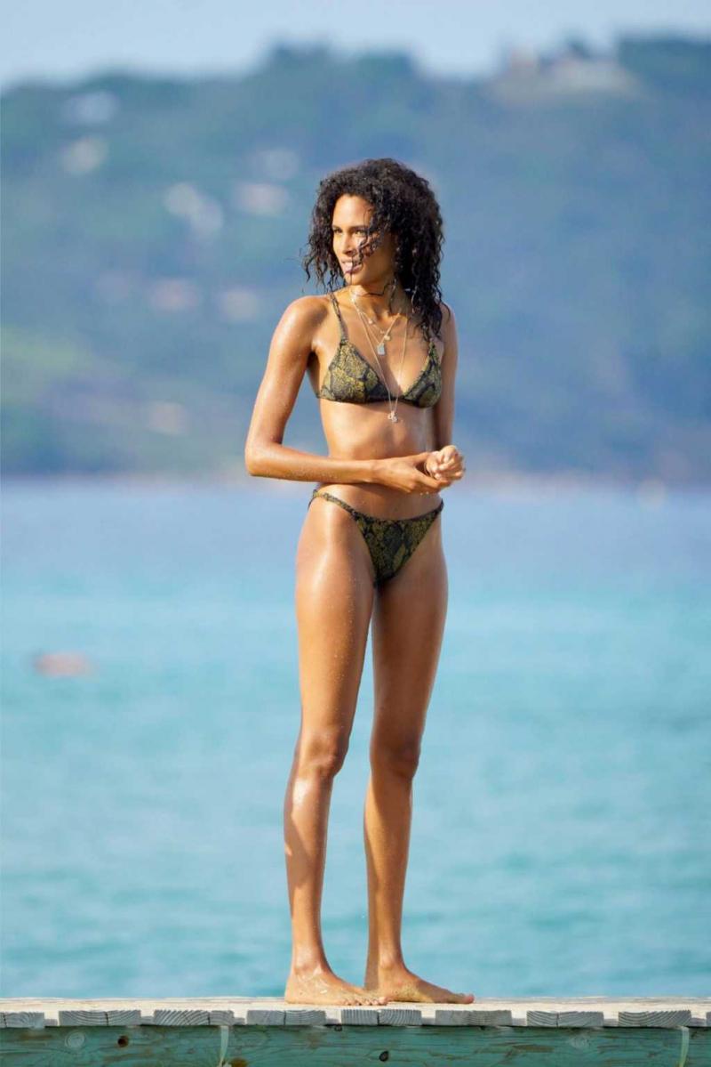 Cindy Bruna bikiniyle plajda