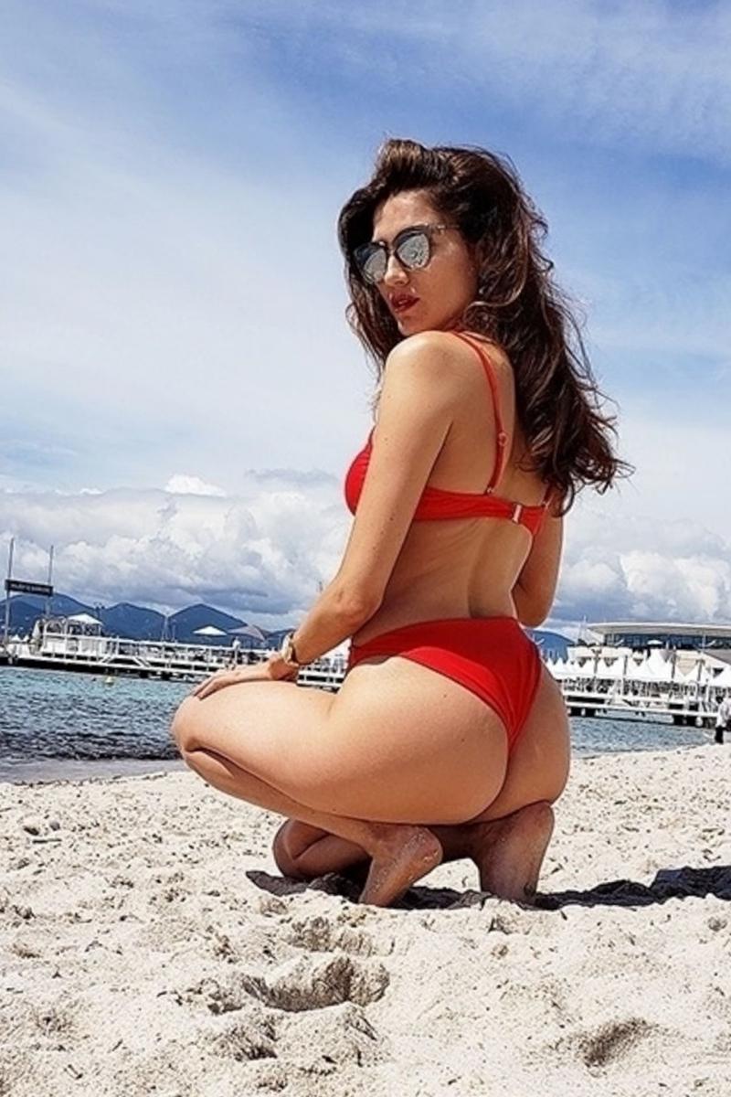 Blanca Blanco kırmızı bikiniyle