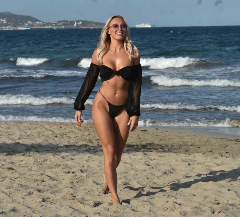 Amber Turner siyah bikini ile Dubai'de 27/12/2020