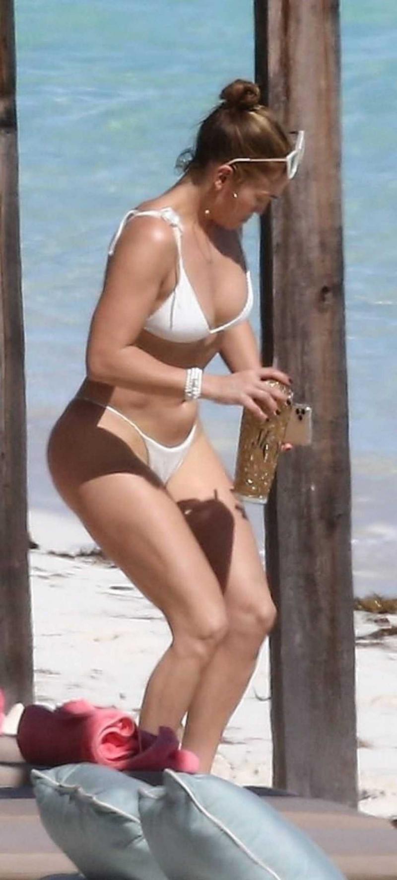 Jennifer Lopez beyaz bikini ile Turks and Caicos Adaları'nda 20/01/2021