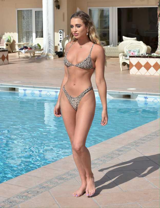 Georgia Harrison bikiniyle havuzda