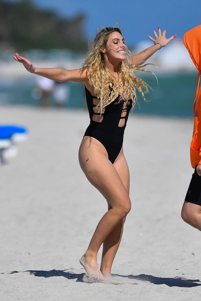 Lele Pons siyah mayo ile Miami plajında