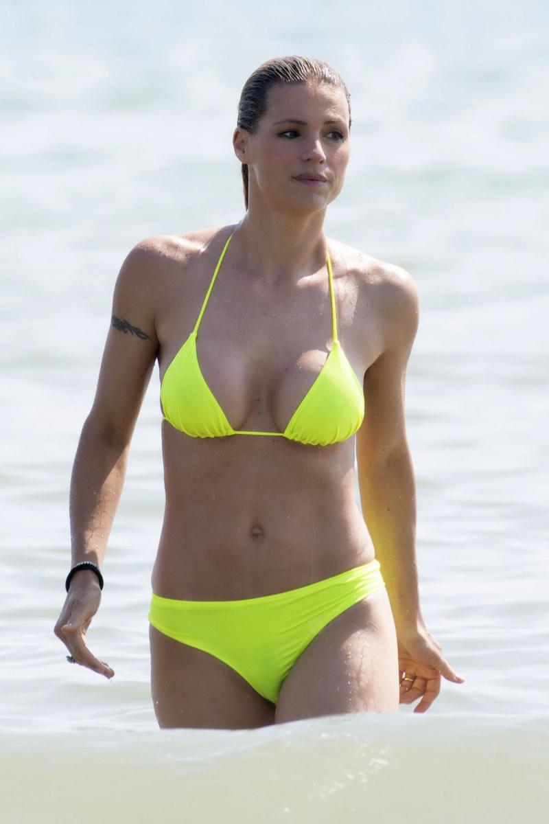 Michelle Hunziker sarı bikiniyle havuzda