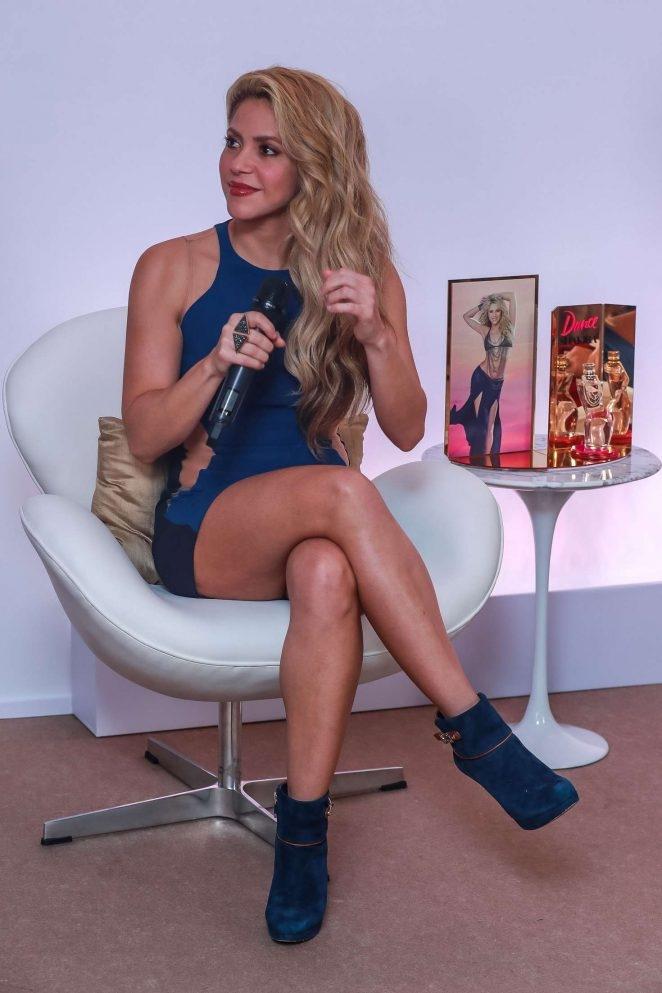 Shakira lacivert mini elbise ile