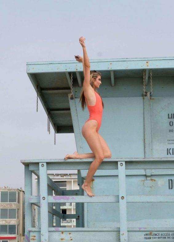Rachel McCord kırmızı mayo ile Venedik'te