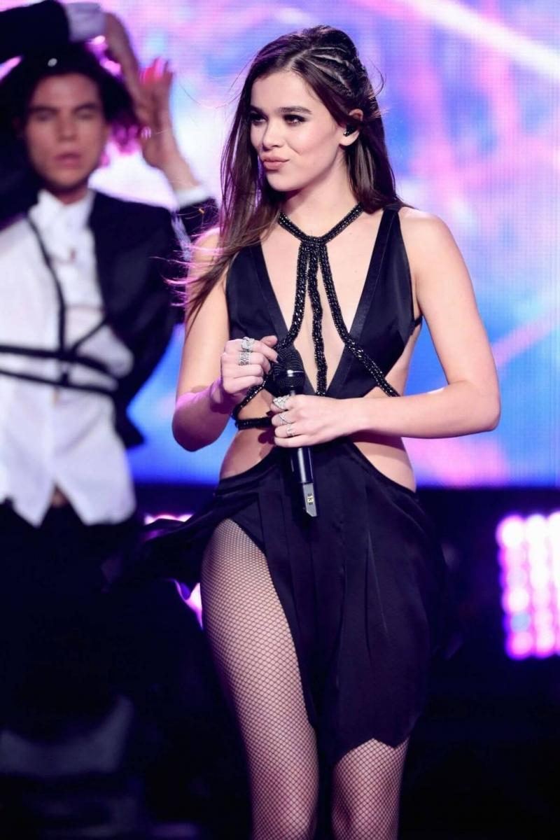 Şarkıcı Hailee Steinfeld sahnede