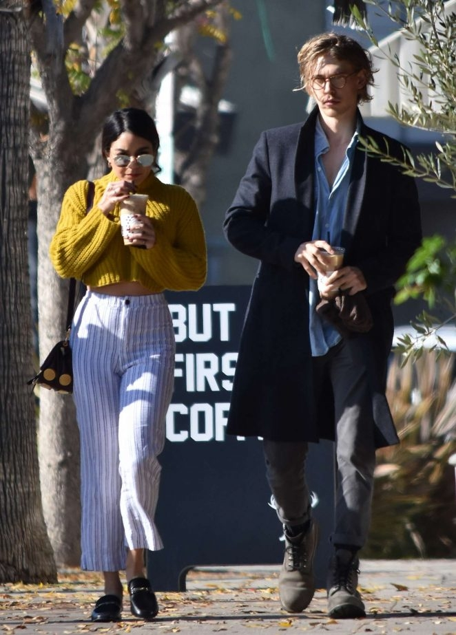 Vanessa Hudgens dar pantolonuyla sokakta