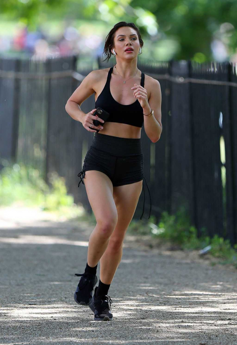 Alexandra Cane siyah tayt şortla sporda