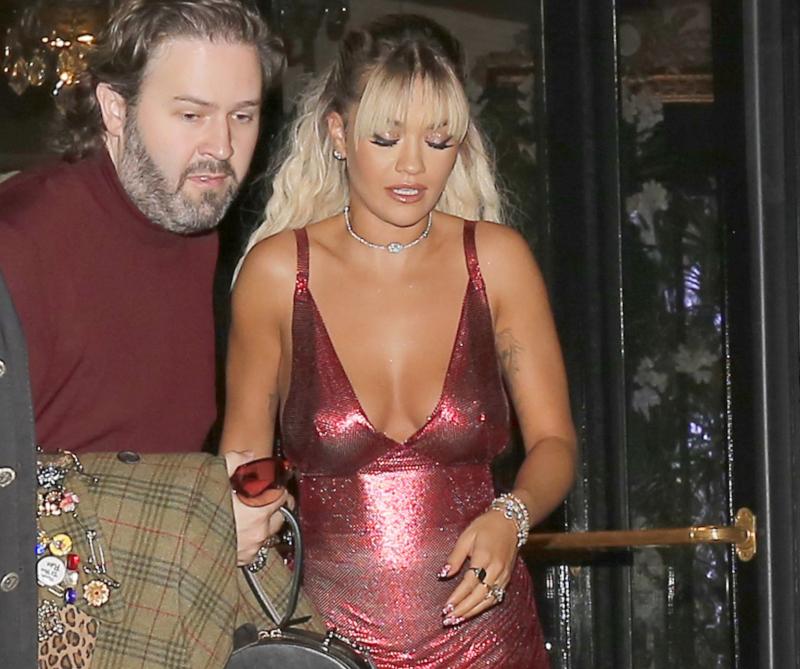 Rita Ora göğüs dekolteli kırmızı mini elbisesiyle Paris'te