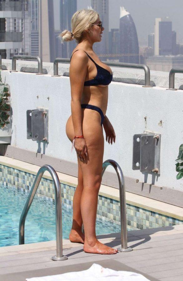 Chloe Ferry lacivert bikini ile Dubai'de