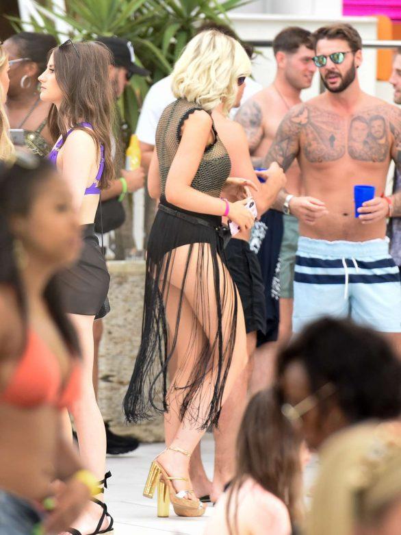 Amy Hart Ibiza plajında