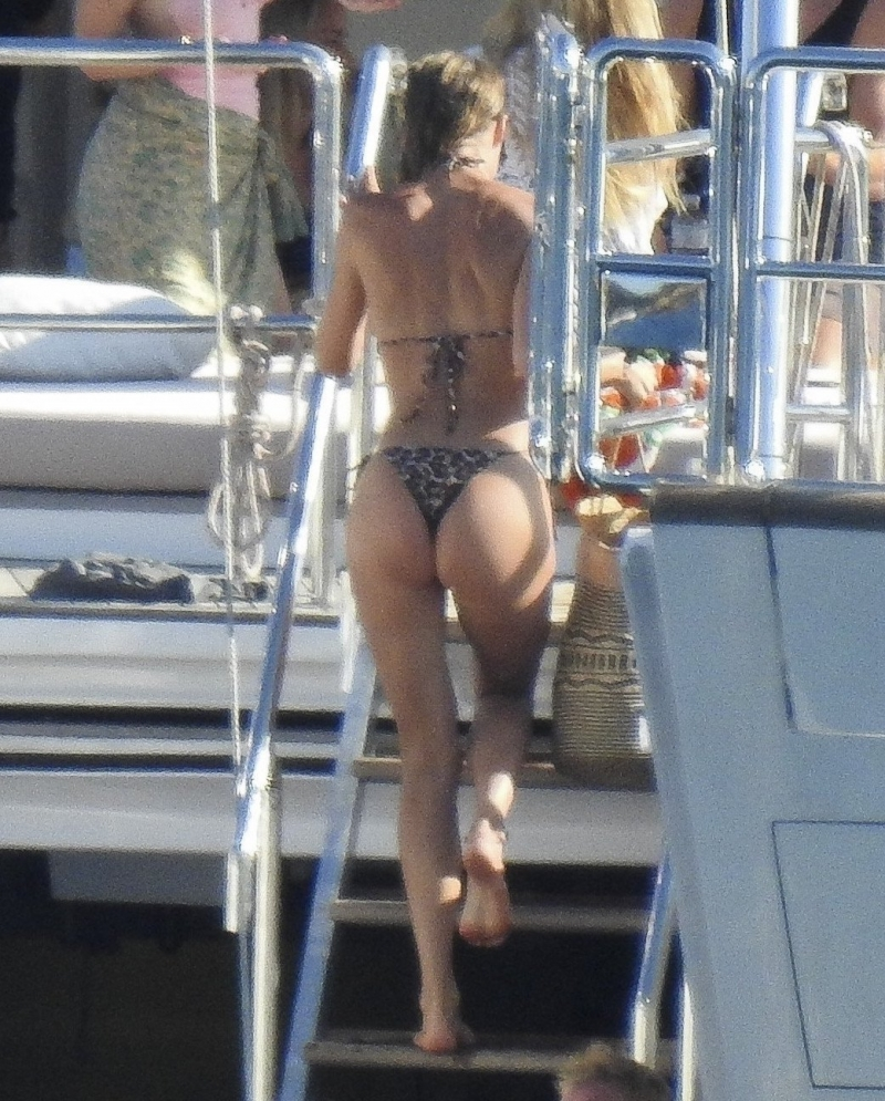 Doutzen Kroes tanga bikini ile Ibiza'da