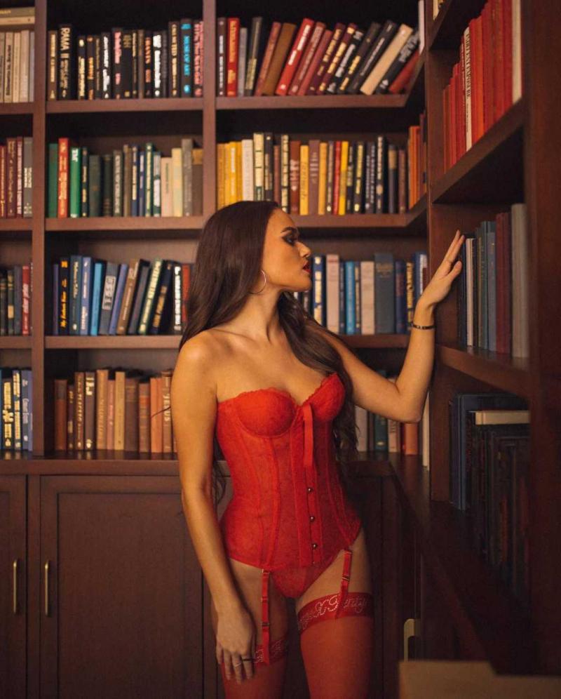 Madison Pettis kırmızı iç çamaşırı ile fotoğraf çekimlerinde