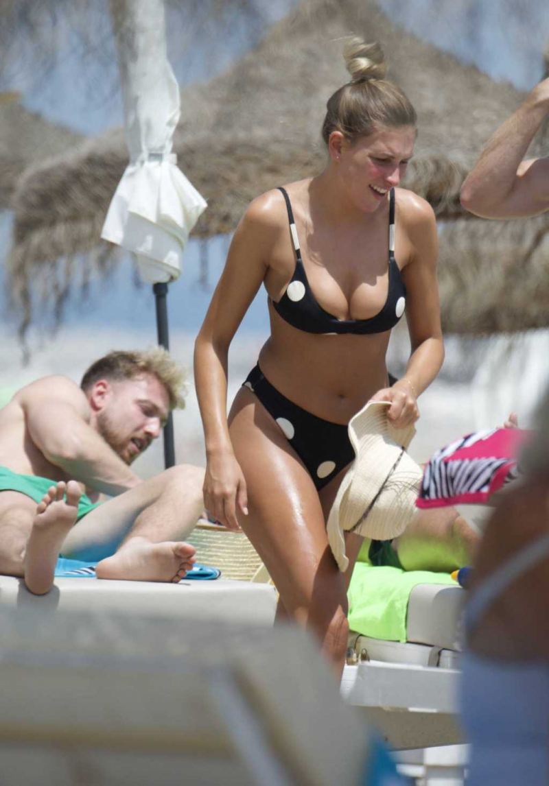 Zara McDermott arkadaşlarıyla tatilde