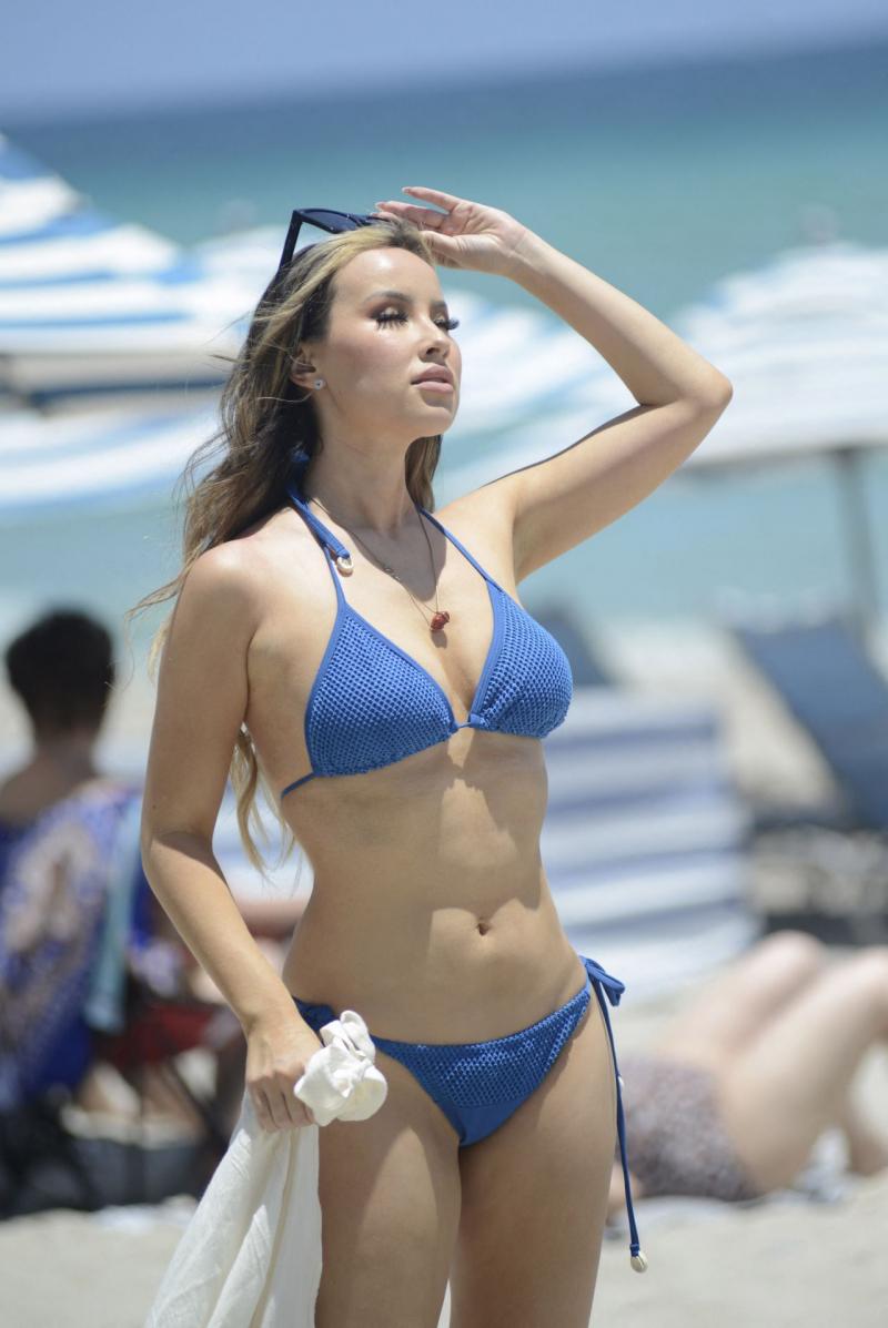 Lisa Opie mavi bikiniyle Miami plajında