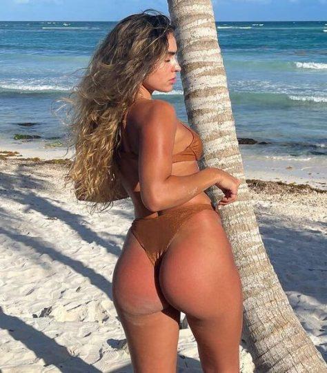 Sommer Ray tanga bikini ile plajda 17/05/2021