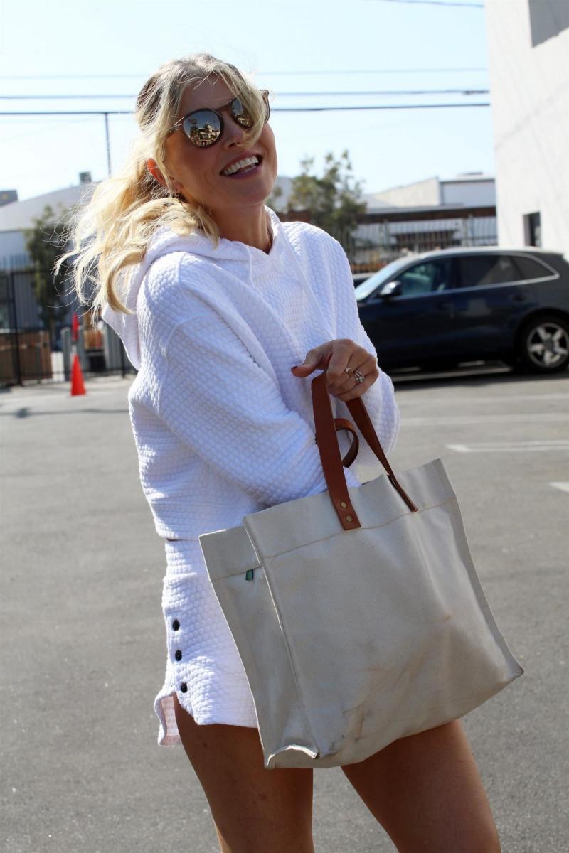 Amanda Kloots beyaz şortla Los Angeles'ta