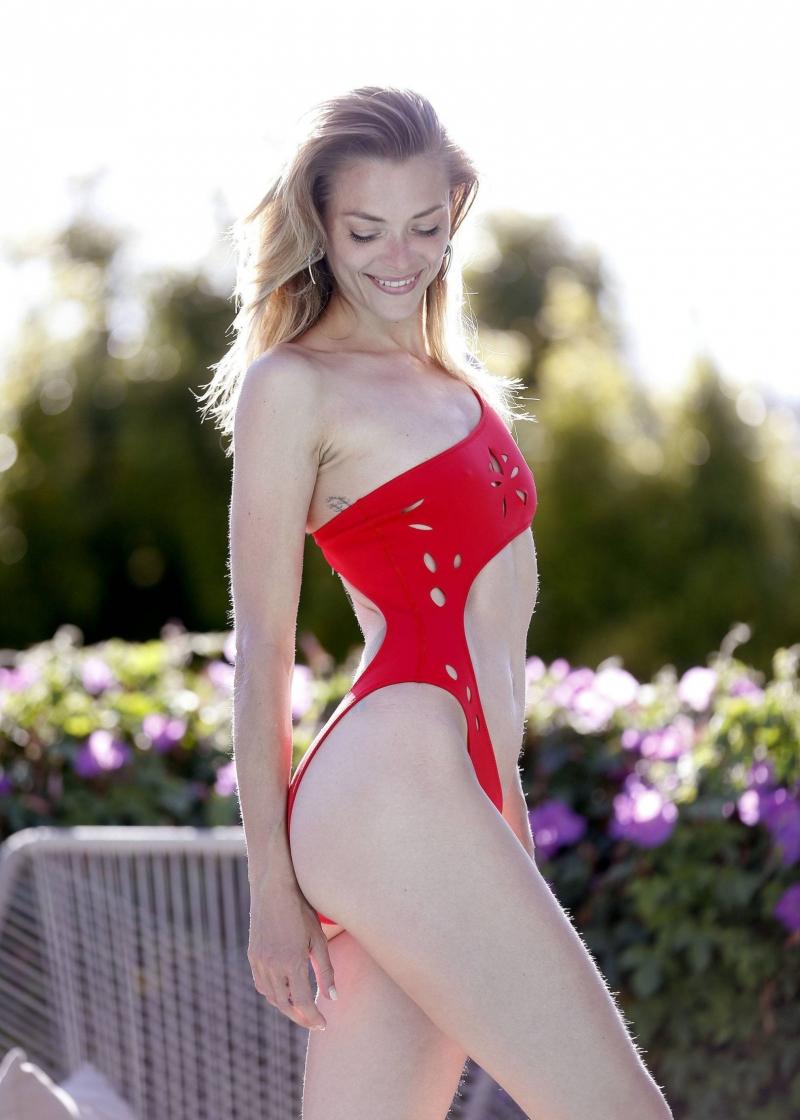 Jaime King kırmızı bikiniyle