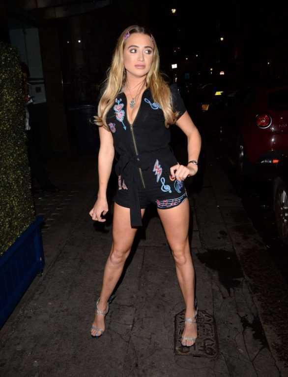Georgia Harrison siyah şort ve mavi eteği ile Londra'da