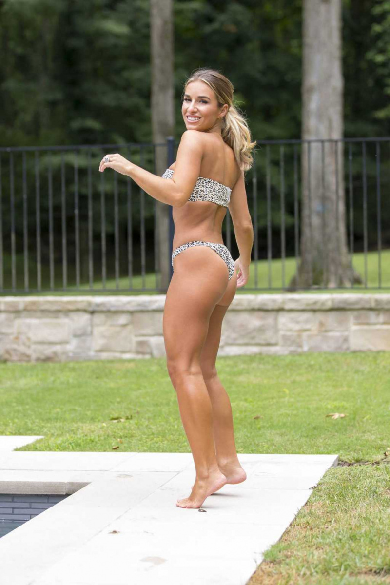 Jessie James Decker bikini ile havuzda