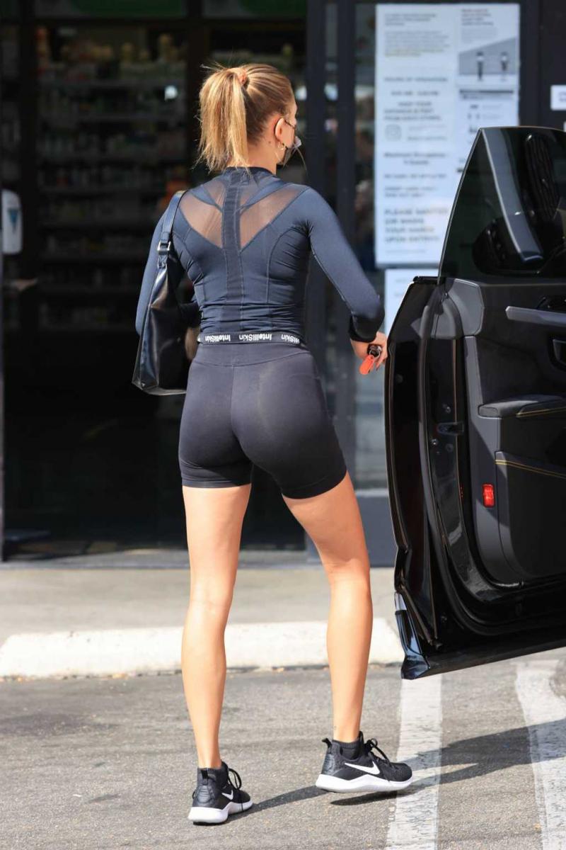 Hailey Bieber tayt şort ile Los Angeles'ta