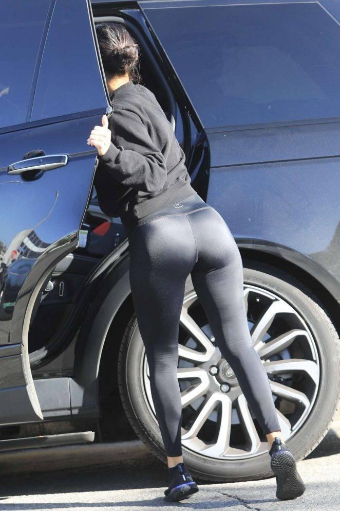 Kourtney Kardashian siyah taytla