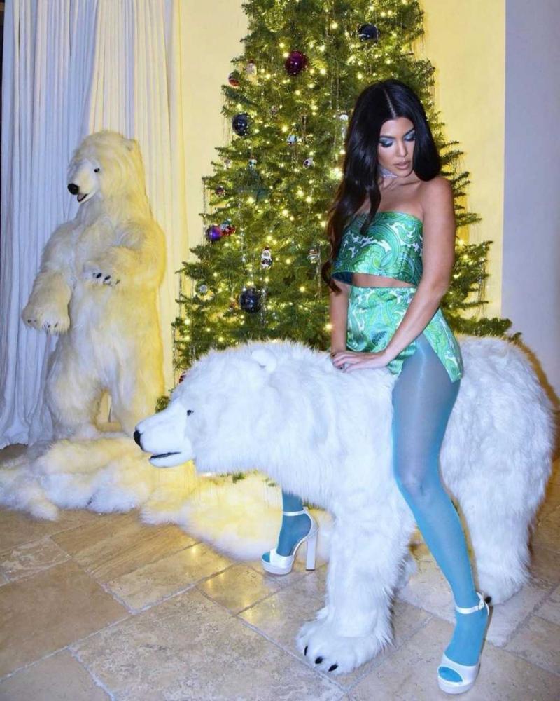 Kourtney Kardashian külotlu çorapla çekimlerde