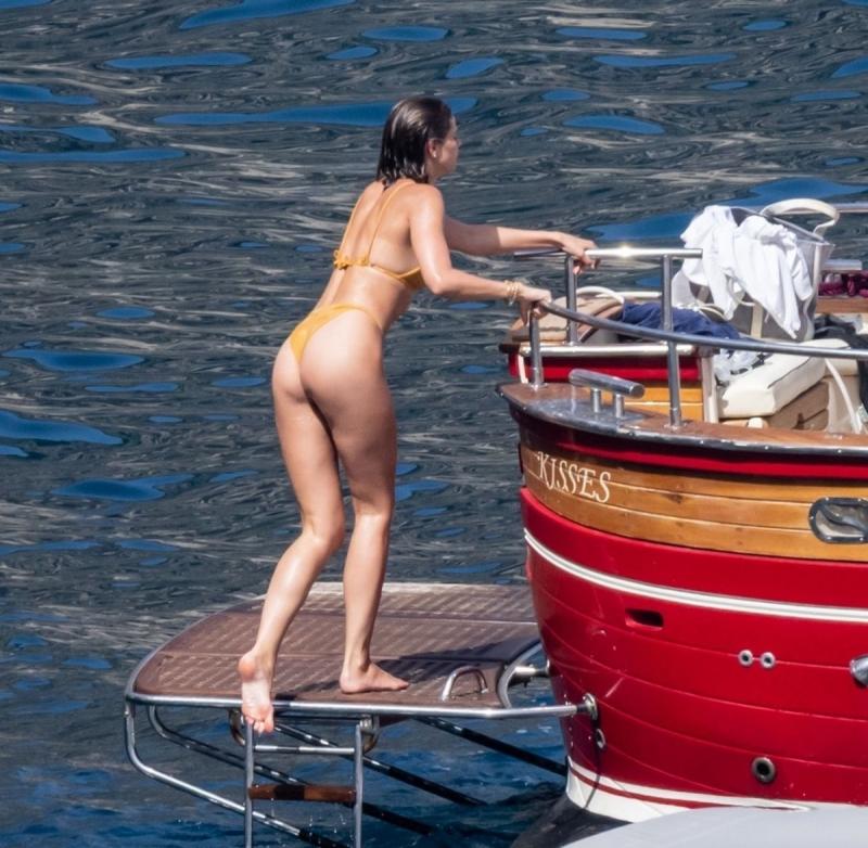 Taylor Marie Hill sarı bikiniyle Positano'da botta