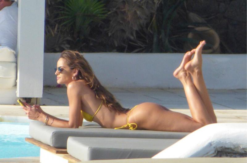 Izabel Goulart sarı bikiniyle havuzda