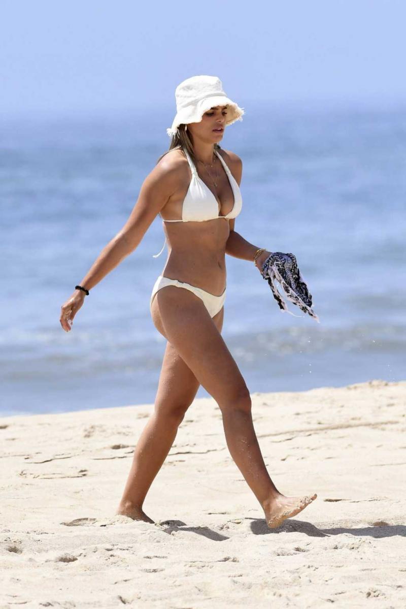 Brooks Nader beyaz bikiniyle plajda