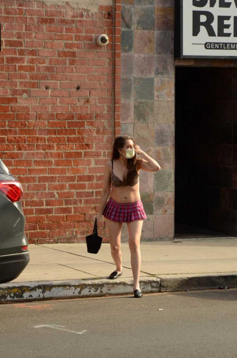 Alicia Arden mini etek ve maskeyle sokakta