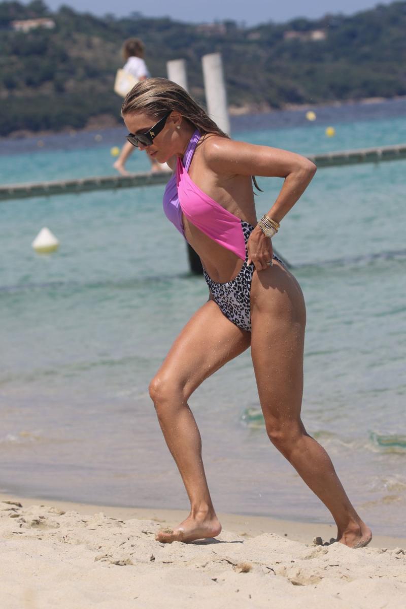 Сильви Мейс в бикини на пляже в Сен-Тропе