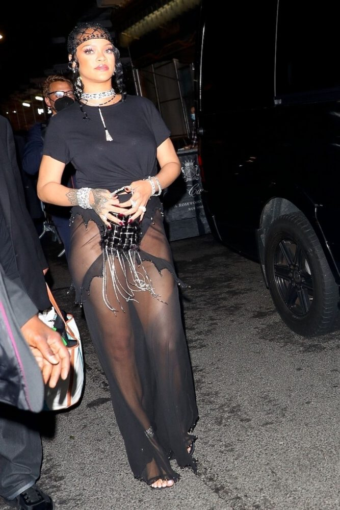 Rihanna transparan kostümle Met Gala'da