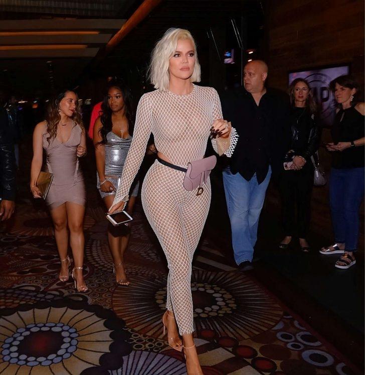 Khloe Kardashian fileli transparan kostümüyle