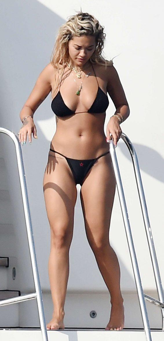 Rita Ora siyah bikini ile Porto Cervo'da