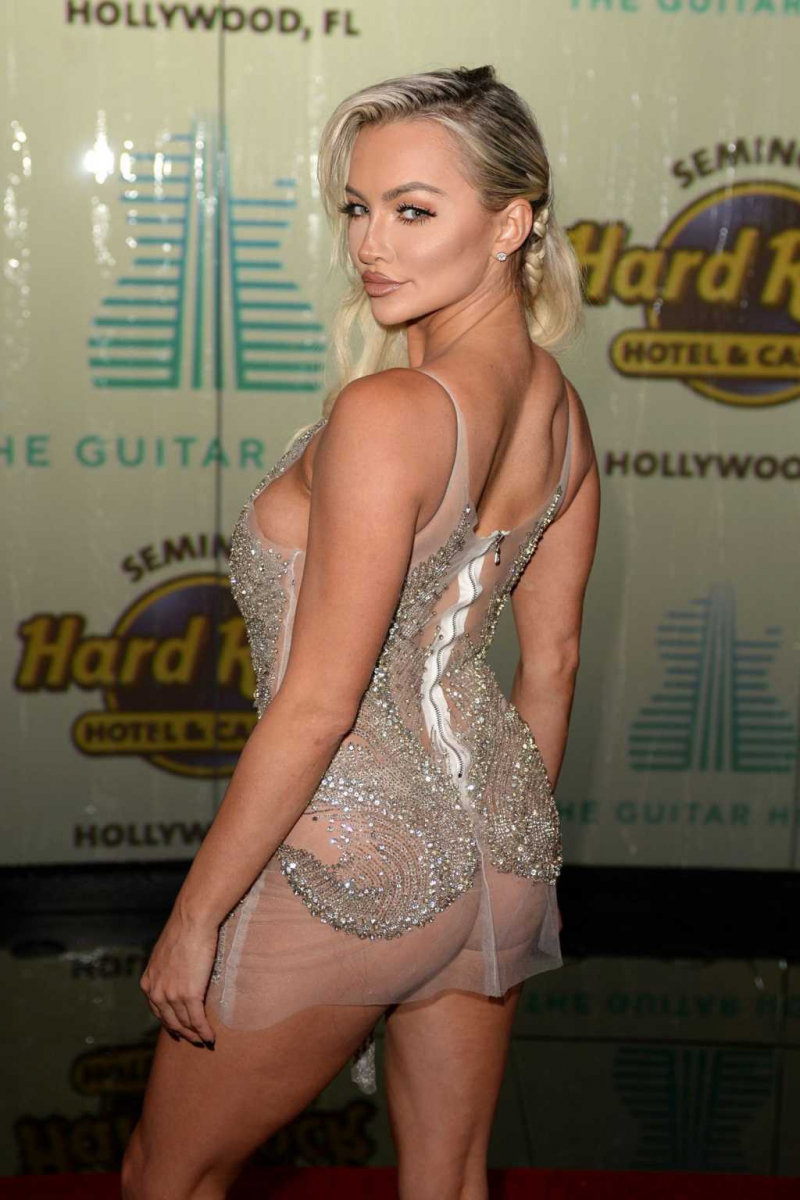 Lindsey Pelas şeffaf elbise ile Guitar Hotel'de