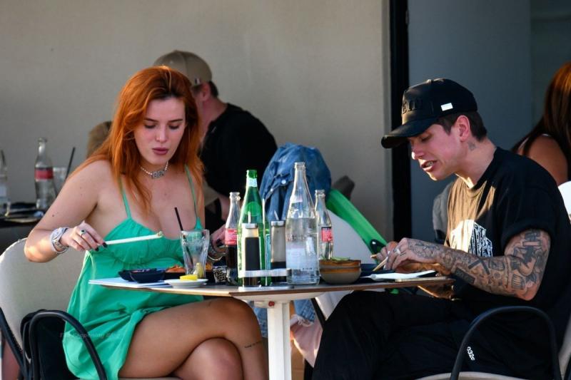 Bella Thorne yeşil elbiseyle Cannes 'da