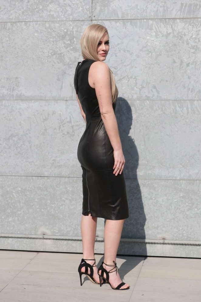 Lindsey Vonn siyah dar elbiseyle