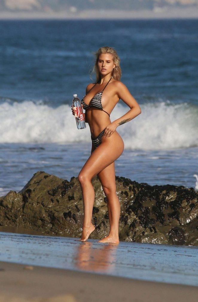 Brennah Black bikiniyle plajda