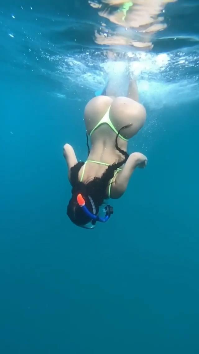 Demi Rose Mawby deniz altında