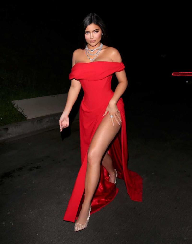 Kylie Jenner kırmızı yırtmaçlı elbiseyle partide