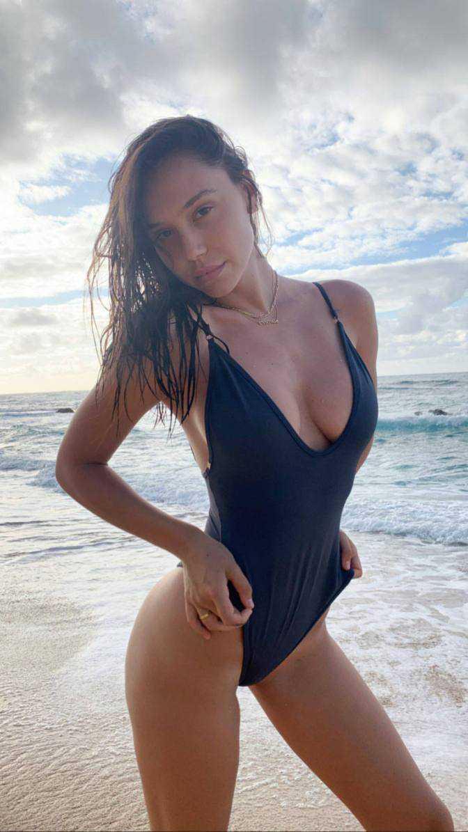 Alexis Ren siyah mayoyla plajda