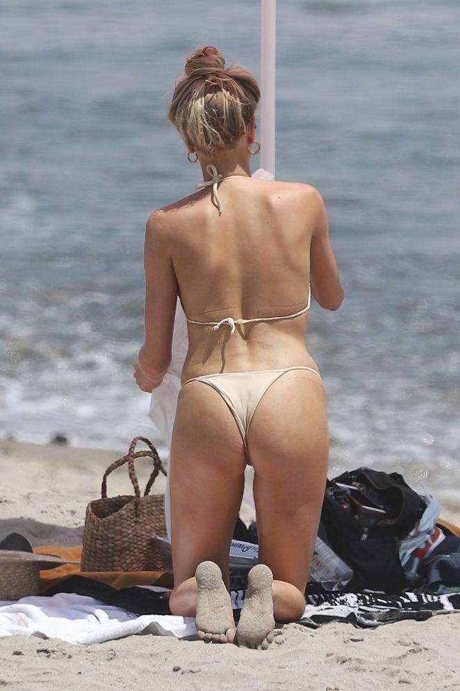 Charlotte McKinney krem rengi tanga bikini ile Malibu'da