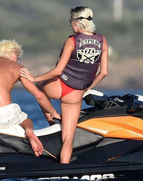 Caroline Vreeland kırmızı bikini ile yatta