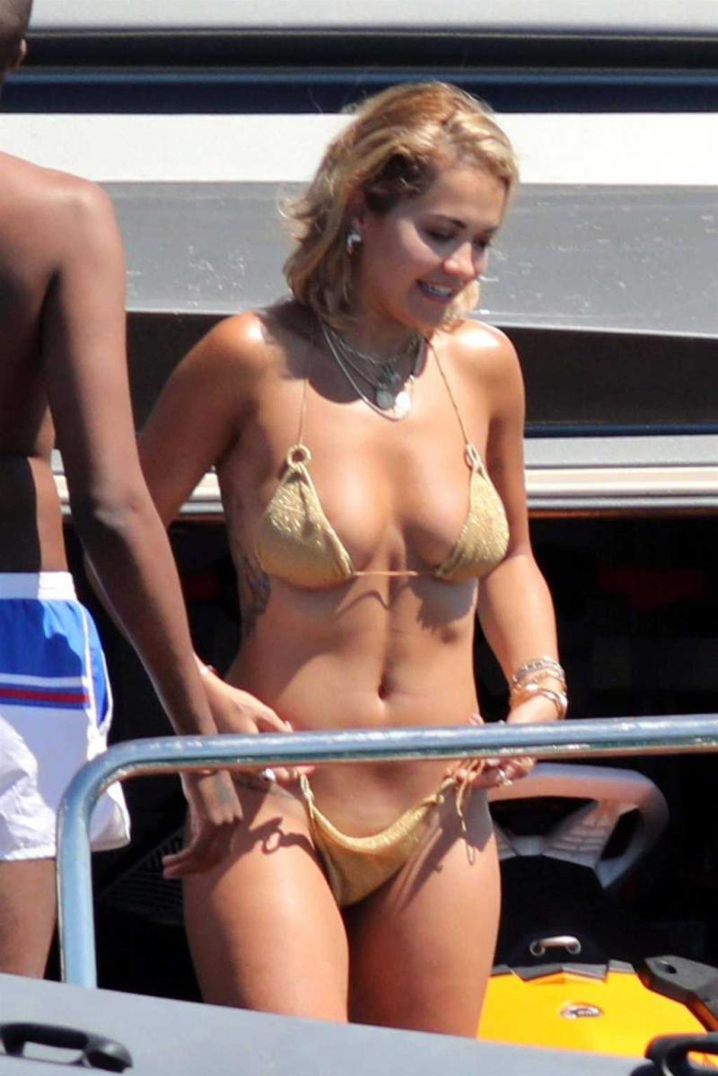 Rita Ora sarı bikini ile yatta