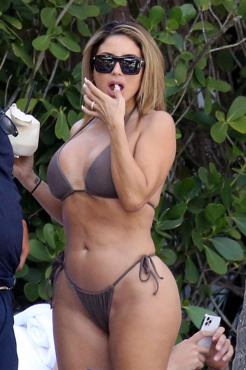 Larsa Pippen kahverengi bikini ile Miami plajında