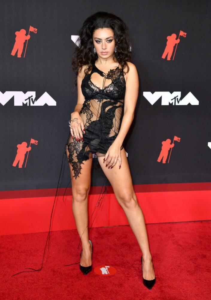 Charli XCX şeffaf mini elbiseyle 2021 MTV Video Müzik Ödülleri etkinliğinde