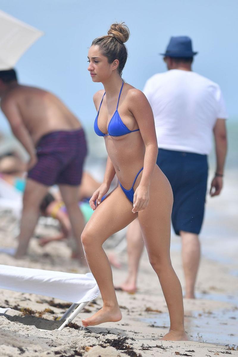 Savannah Montano mavi bikini ile Miami plajında