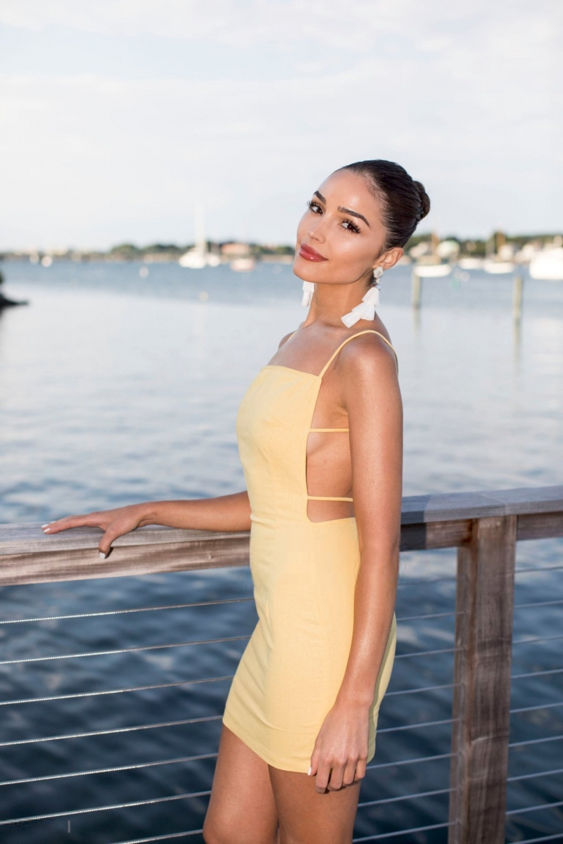 Olivia Culpo - sarı mini elbise